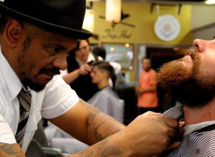 barbier qui utilise une tondeuse à barbe