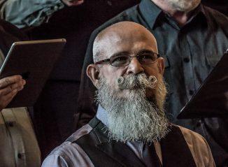 homme avec une barbe et une moustache