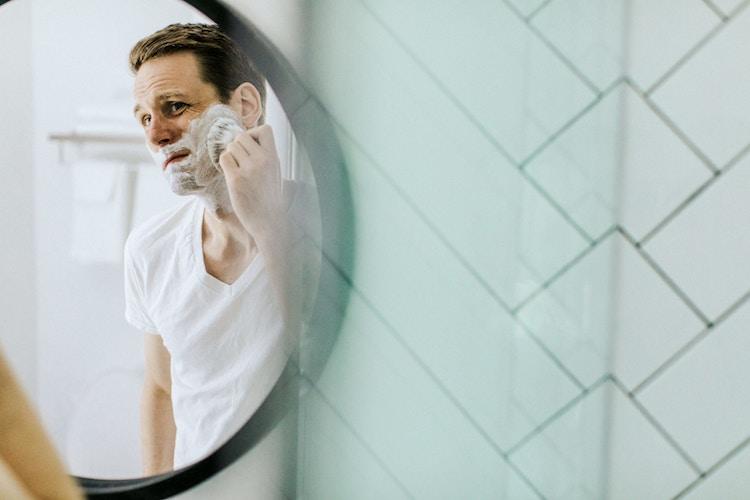 homme qui se rase