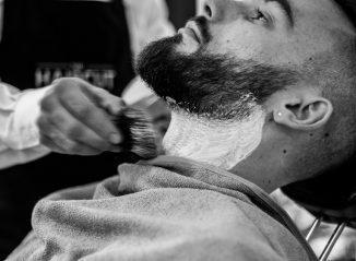 homme barbu qui se fait raser