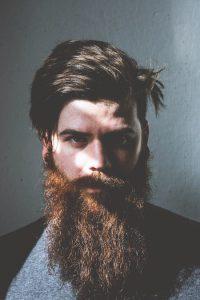 homme avec une barbe tweard