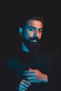 homme avec une barbe de style verdi